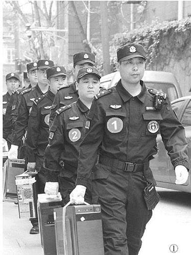 公安民警查扣骗子的作案电脑主机